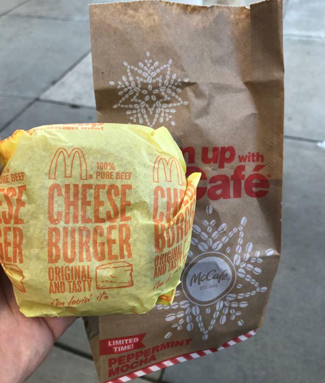 マクドナルドのチーズバーガー